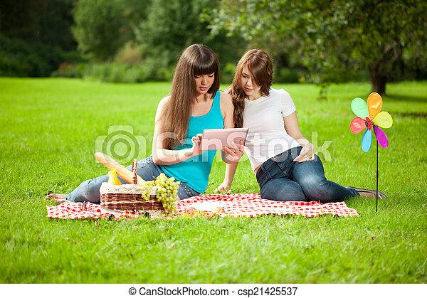 pique-nique, tablette, parc, deux, pc, femmes - csp21425537