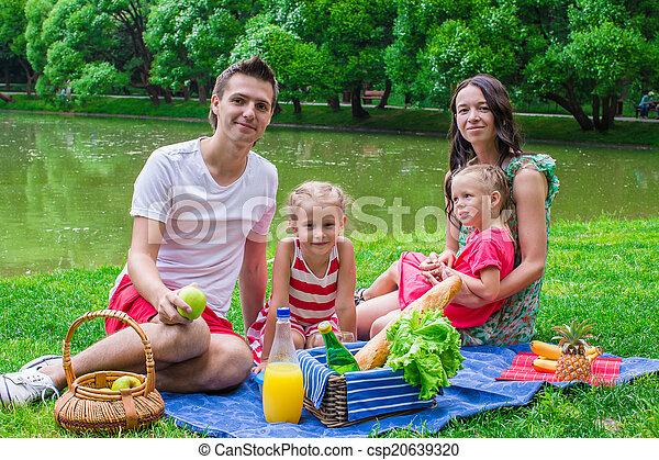 pique-niquer, famille, été, parc, quatre, jour, heureux - csp20639320