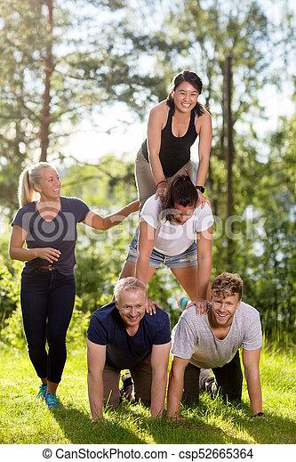 piramide, collaboratore, campo, umano, fabbricazione, sorridente, erboso - csp52665364