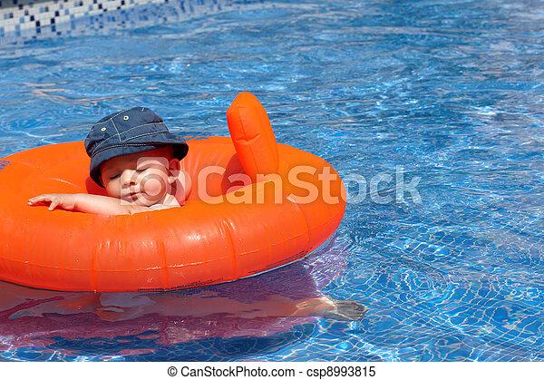 Un bebé en la piscina - csp8993815