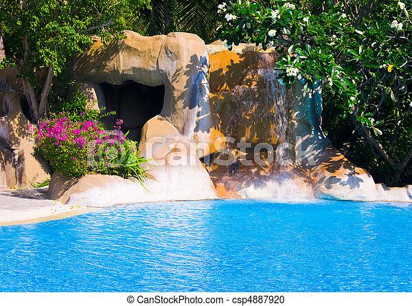 La piscina y la cascada en el hotel - csp4887920