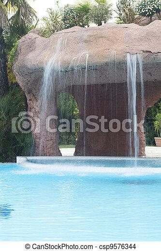 Piscina y cascada en el hotel - csp9576344