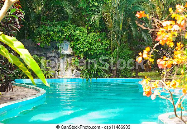 Piscina en el hotel, fondo de vacaciones - csp11486903