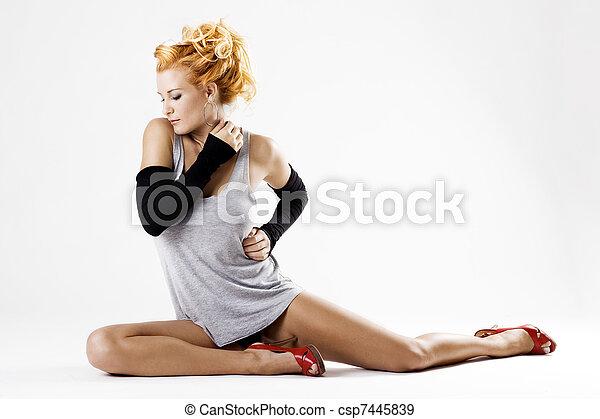 Hermosa bailarina femenina en el suelo - csp7445839