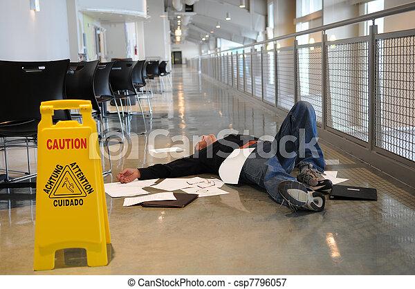 Hombre caído en el suelo mojado - csp7796057