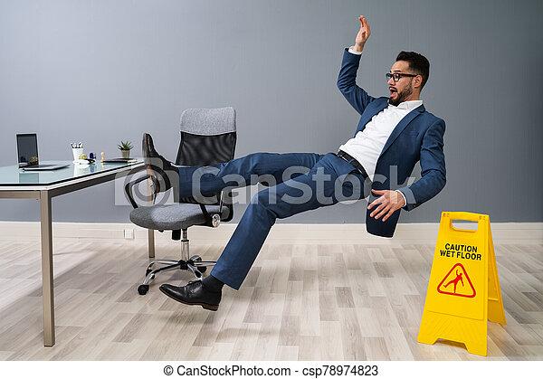 piso, hombre de negocios, resbaladizo, caer - csp78974823