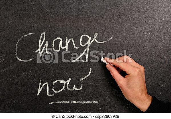 Escribiendo en una pizarra - csp22603929