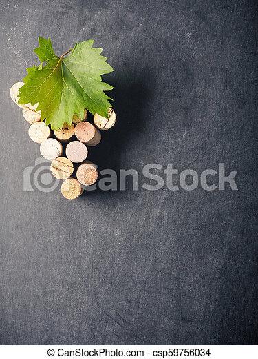 Con forma de uva en una pizarra - csp59756034