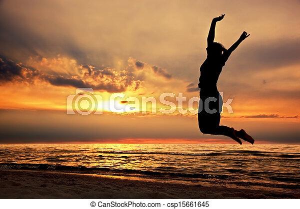plaża, kobieta, zachód słońca, skokowy, szczęśliwy - csp15661645