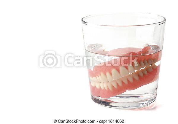 Dentadura completa, placa dental en vaso de agua - csp11814662
