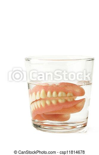 Dentadura completa, placa dental en vaso de agua - csp11814678