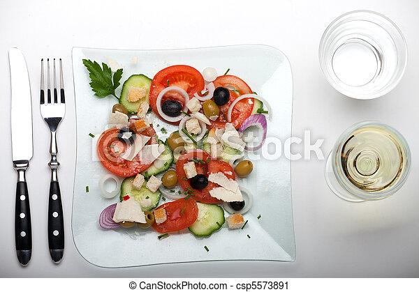 Ensalada fresca en un plato de vidrio - csp5573891