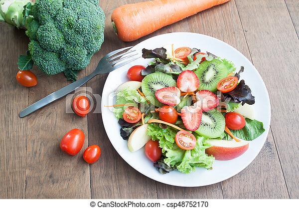 placa, kiwi, ensalada, manzanas, fresco, blanco, fresas, tomates - csp48752170
