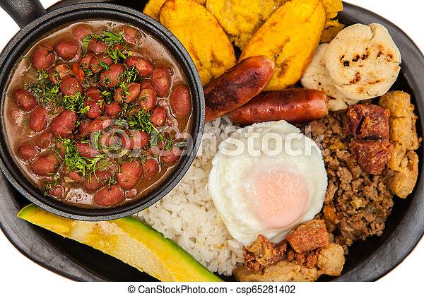 Un plato tradicional colombiano llamado Banda paisa: un plato típico de Medellín que incluye carne, frijoles, huevos y plátano - csp65281402