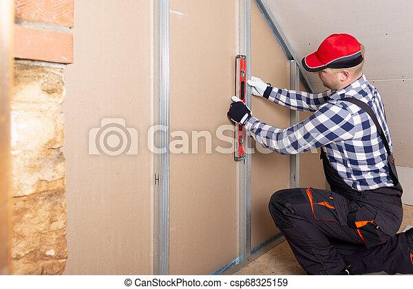 placoplâtre, niveau, grenier, contre, tenue, drywall., intérieur, rénovation, homme - csp68325159