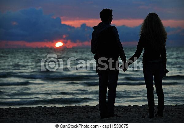 plage, coucher soleil couples, jeune famille - csp11530675