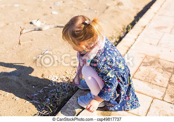 plage., jeux, gens, -, concept, carrée, crosse, mer, dorlotez fille, assied, enfant, enfance, route - csp49817737