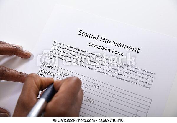 plainte, formulaire, stylo, main, remplissage, humain, harcèlement, sexuel - csp69740346
