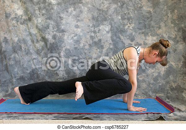 plank elleboog hoog variatie vrouw yoga knie