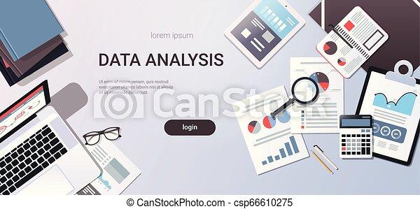 Análisis de datos concepto escritorio de trabajo con material de oficina de primera vista tablet portátil documentos de papel de portátil informan de gráficos financieros espacio plano copia horizontal - csp66610275