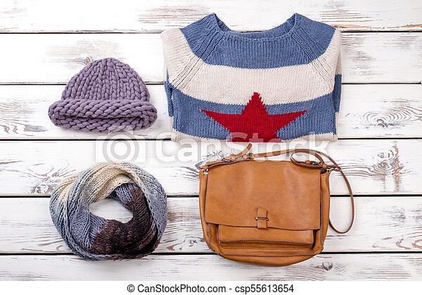 Un conjunto plano de ropa de invierno femenina. sombrero de
