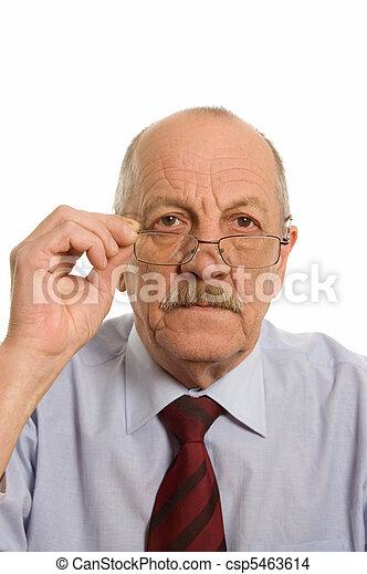El anciano aislado en los antecedentes blancos - csp5463614