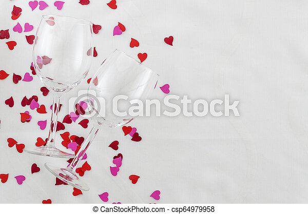 Antecedentes festivos para el día de San Valentín, un par de gafas, fondo blanco con corazones, vista superior - csp64979958