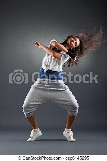 Mujer bailando en el fondo gris - csp6145295