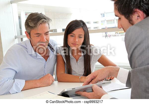 planos, tabuleta, casa, mostrando, agente, eletrônico, real-estate - csp9993217
