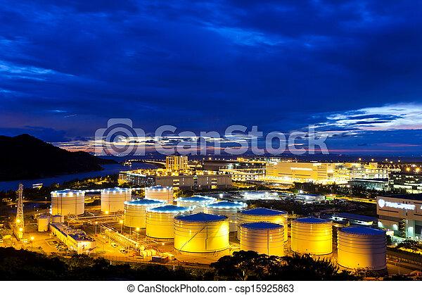 Tanques de petróleo de noche - csp15925863