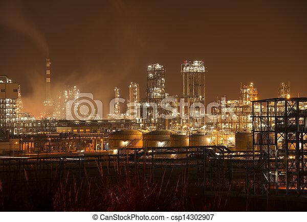 Planta industrial refinería con caldera de industria por la noche - csp14302907