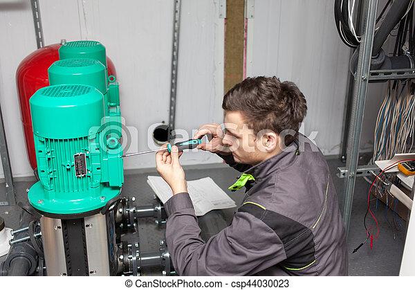 Ingeniero joven en la planta - csp44030023