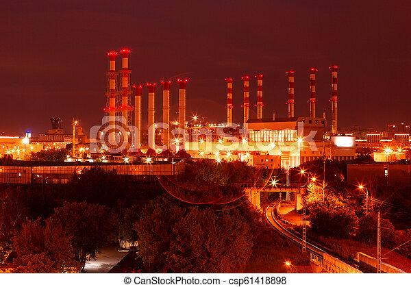 Escénico de la planta de refinería petroquímica brilla por la noche. - csp61418898