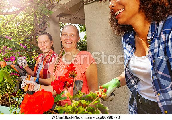 plantande, sommar, flickor, terrassera, blomningen, lycklig - csp60298770