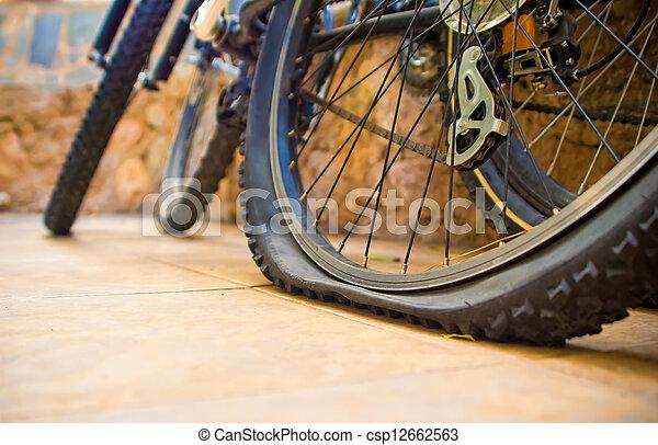 plat v lo pneu plat yard deux une bicycles pneu image de stock recherchez photos et. Black Bedroom Furniture Sets. Home Design Ideas