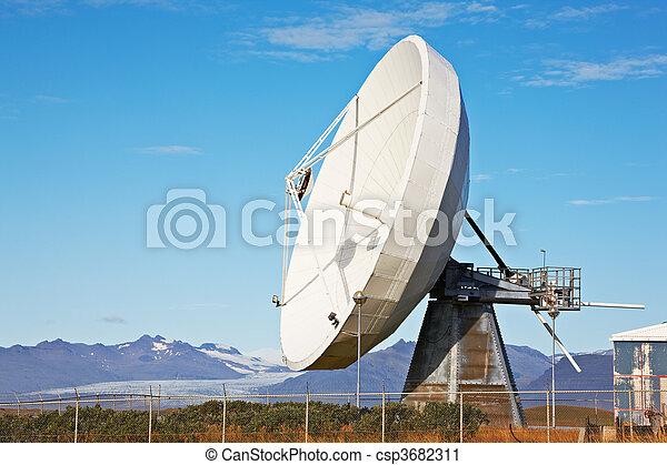 Un plato de comunicaciones satelitales cerca de Hofn, Hielolandia - csp3682311