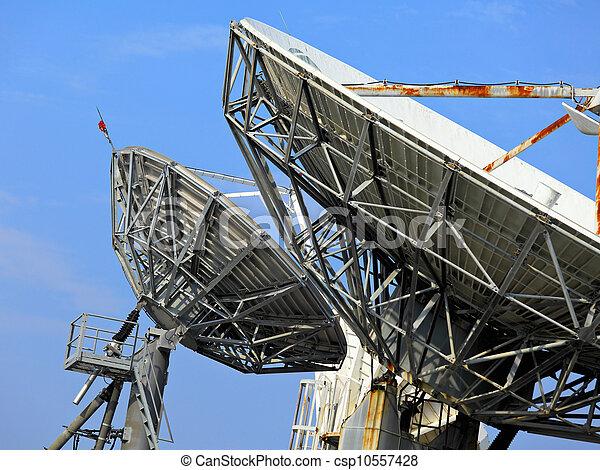 Un plato satelital - csp10557428
