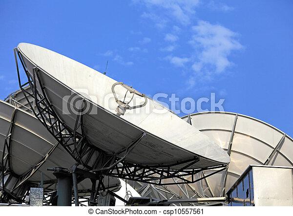Un plato satelital - csp10557561