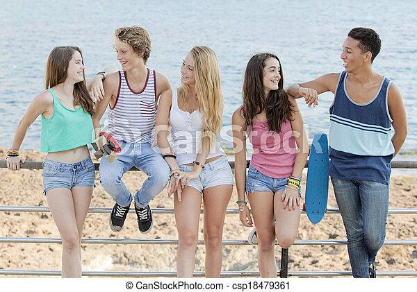 Grupo de diversos adolescentes en la playa - csp18479361