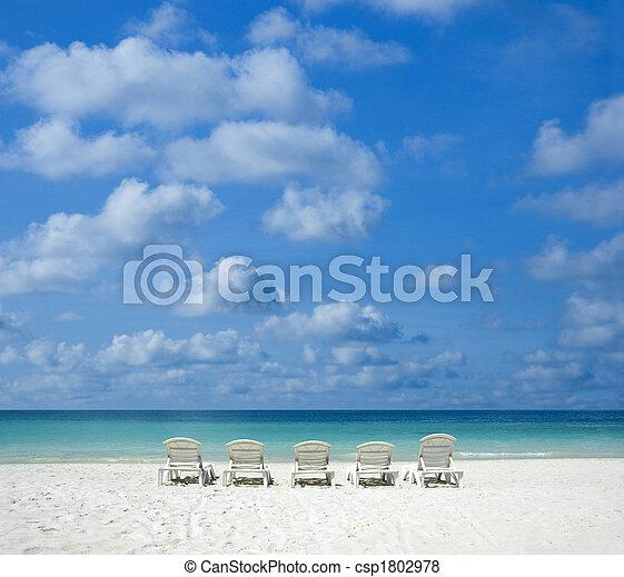 Playa con silla. - csp1802978