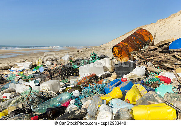 Contaminación en la playa - csp12933440