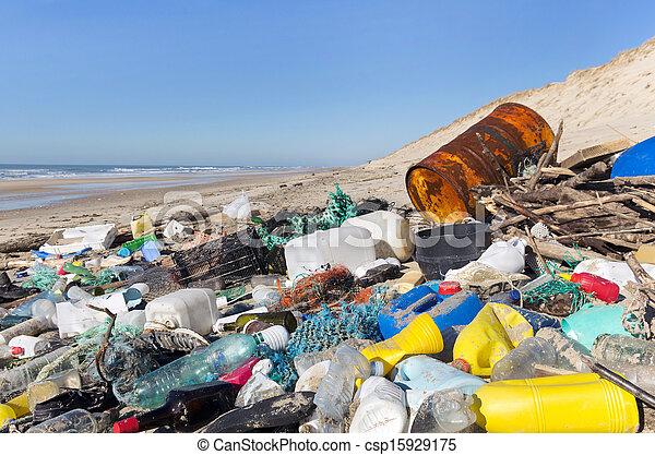 Contaminación en la playa - csp15929175