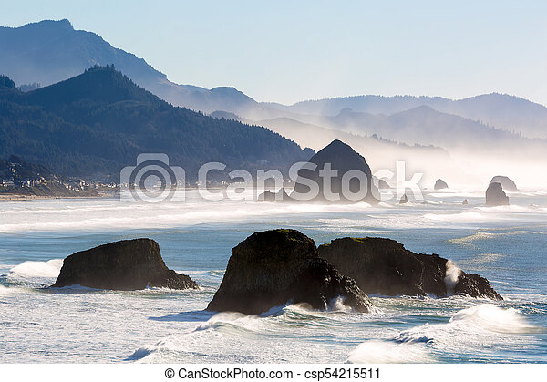 Cannon Beach en la costa de Oregon - csp54215511