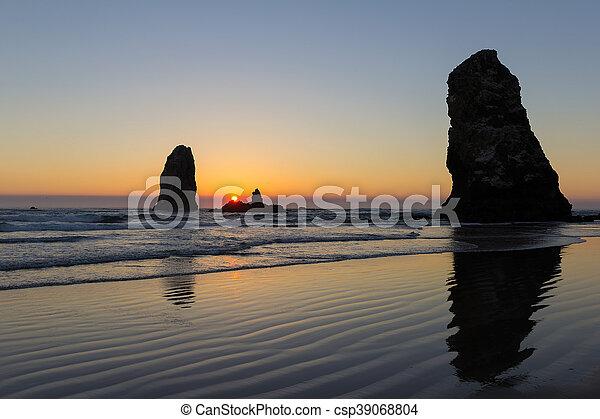 Atardecer en Cannon Beach Oregón - csp39068804