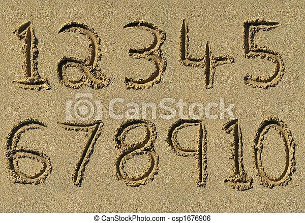 Números uno a diez escritos en una playa arenosa. - csp1676906