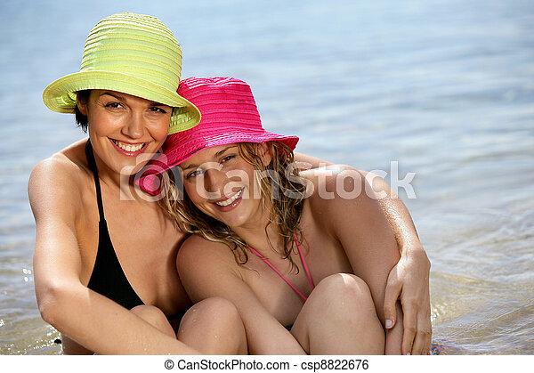 Dos mujeres en la playa - csp8822676