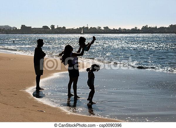 Familia en la playa - csp0090396