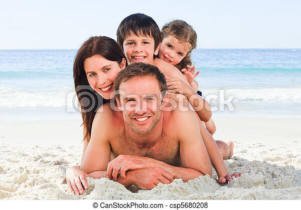 Familia en la playa - csp5680208