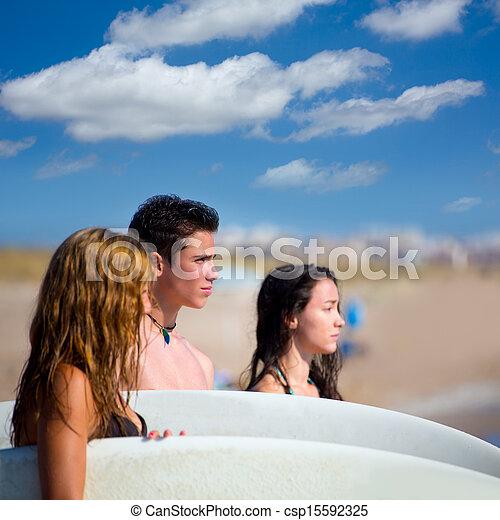 Los surfistas adolescentes son felices en playa - csp15592325