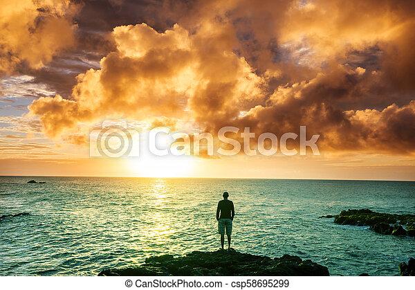 Playa hawaiana al amanecer - csp58695299
